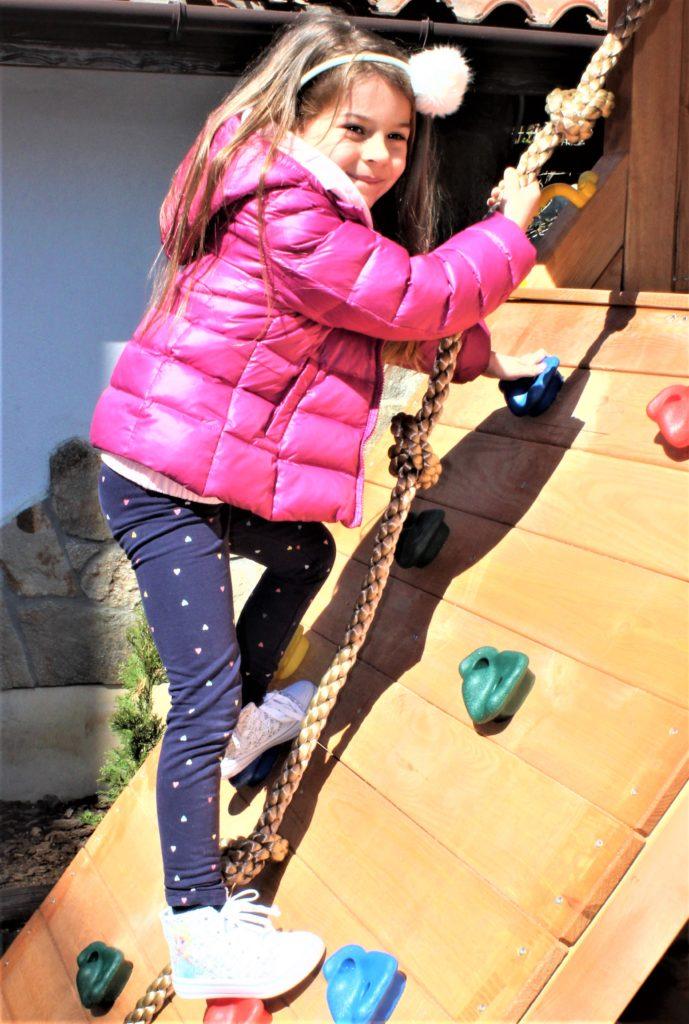 Дете на катерачна стена