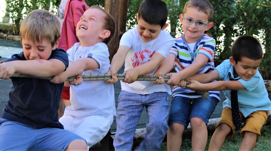 Деца теглят въже