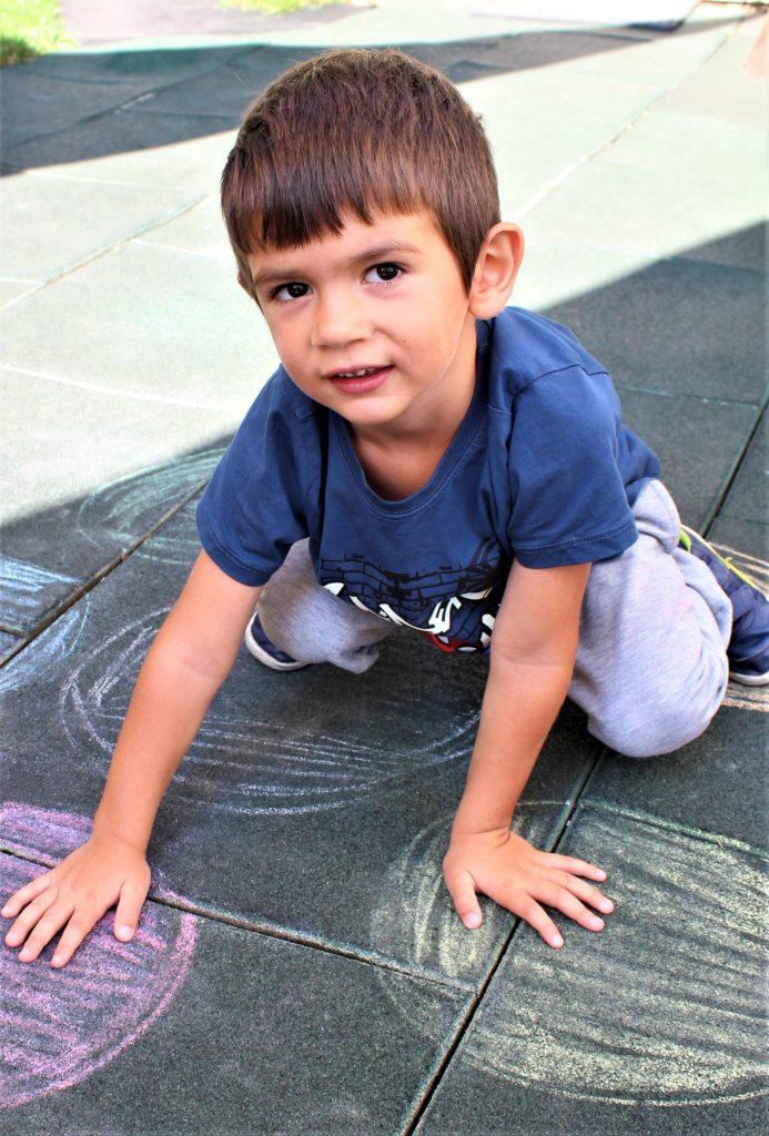 Дете на площадка за игра