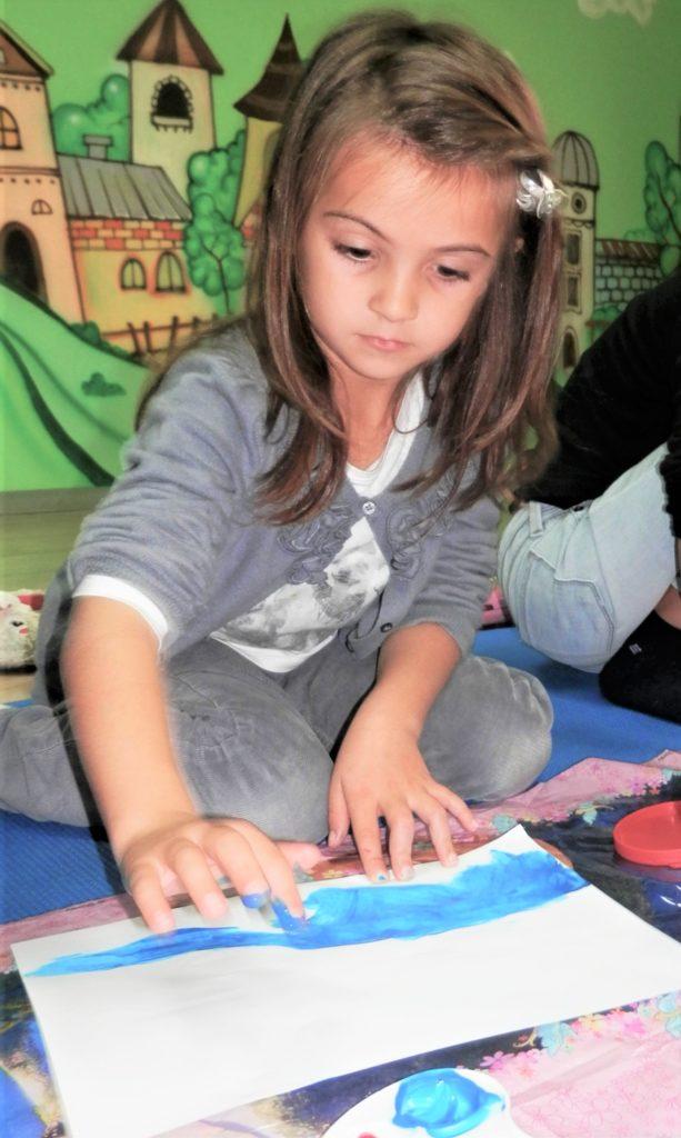 Момиче рисува